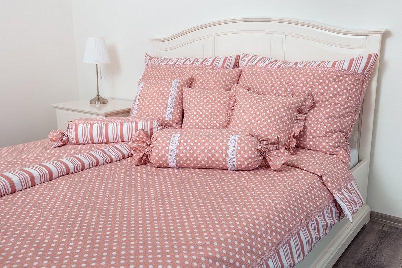 Povlečení selského stylu růžové barvy s motivem puntíků a po stranách proužky český výrobce